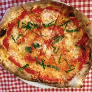 Pizza con mozzarella vegana de Emma y Julia Ristorante