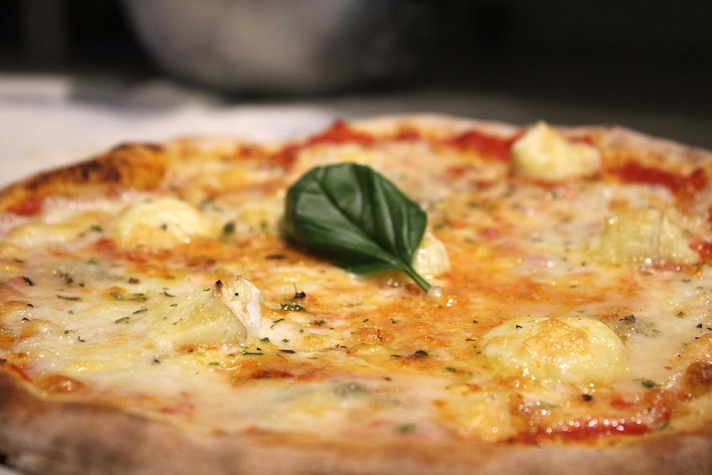 Pizza de Mozzarella en Emma y Julia en la Cava Baja 19 de Madrid
